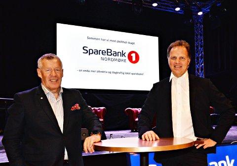 Odd Einar Folland (til venstre) og Allan Troelsen markerte mandag at Sparebank1 Nordmøre nå er operativ.