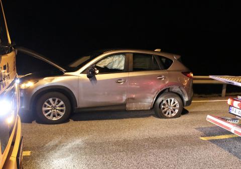 MATERIELLE SKADER: Bilene på vei vestover fikk skader langs siden av bilen. Speil og bakskjerm ble ødelgat, bakdekket punkterte og airbag ble løst ut.