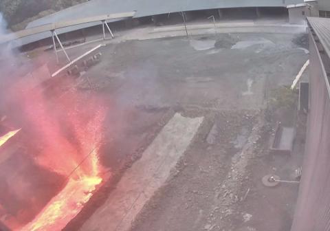 EKSPLOSJON: Det ble en kraftig eksplosjon i grovskummingsbinge da metall møtte vann. Glødende metall og slaggbiter på over en halv kilo ble slynget lang av sted i eksplosjonen blant annet opp på et transportbånd som tok fyr. (Eramet/ granskningsrapport)