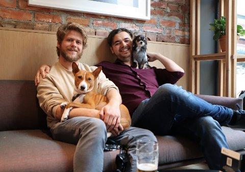 HUNDESTEDER: Sigurd Heggemsnes (26) og Frikk Jarl (27) lurte på hvor de kunne ta med Arja (3) og Keiko (3.5) ut for å spise eller drikke - det ble starten på en egen nettside for hundevennlige steder i Oslo.