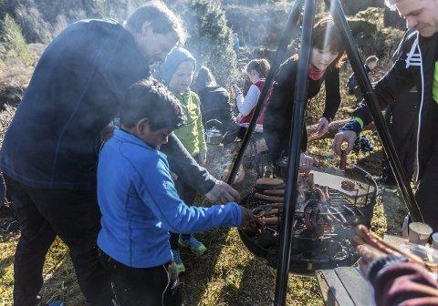 GRILLING: Pølser og kokekaffi frå bålpanna etter målgang. FOTO: Morten Sæle