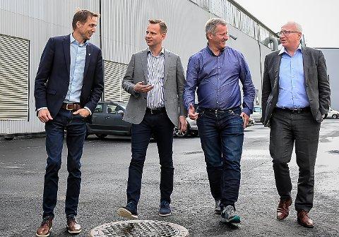 Smiler ikke lenger: Ordfører Sigurd Stormo og leder av Glomfjord Industripark i samtale med daglig leder Stig Myrseth og kommunikasjonsjef Gjermund Hagesæter fra Kryptovault AS i august i år.