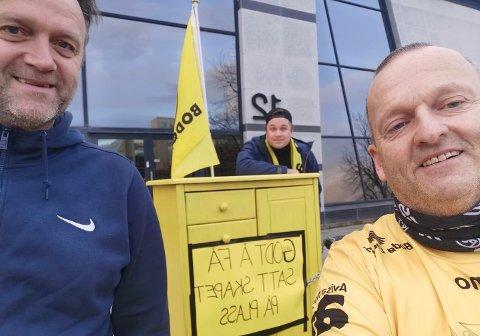 God tone: Erling Moe reagerte positivt på stuntet til Robert Pettersen og Per-Magnus Amdam Johansen. Han lot seg også avbilde foran skapet utenfor Aker stadion, som vi ser beviset på her.