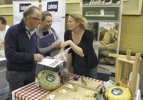 Halle og Lisa Thon Gundersen har planer om å starte et nytt konsept rundt matopplevelser og er på lokalmatmesse for å hente inspirasjon. Her får de smake på oster fra Myrdal gard, og får bli kjent med produsenten selv, Nynke van Schaik.