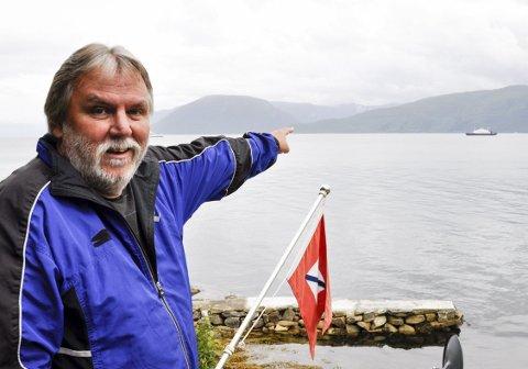 FERGEVENN: Fra hytteterrassen sin kan Finn Bjørn Tønder se fergene krysse                          Sognefjorden døgnet rundt. Han likte det bedre da Fylkesbaatane-flagget blafret i masten.FOTO: DAG BJØRNDAL