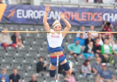 Her går Eirik Dolve over åpningshøyden på 5,16 under kvalifiseringen i stav i friidretts-EM på Olympiastadion i Berlin fredag. Men han røk ut på 5,51, med tre riv.