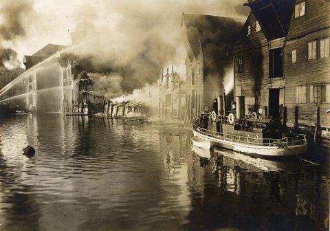 Én av de mange storbrannene «Dampsprøyte 1» var med på, var den såkalte Langfredagsbrannen 10. april 1925, der de store sjøbodene innover mot Nykirken ble slukt av flammene. Tanken nå er å tilbakeføre båten til den utgaven du ser til høyre på bildet. Foto: UIB