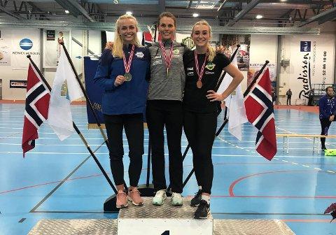 Oda Utsi Onstad (Norna-Salhus) foran Monika Benserud fra Gneist (t.v.) og Mari Sellevåg Årø, også hun fra Norna i tresteg.
