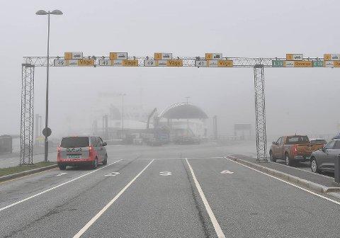 Etter en tåkefull dag er trafikken begynt å normalisere seg på Halhjem-Sandvikvåg.