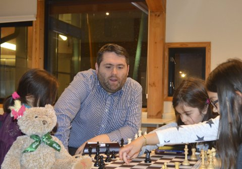 Ole Valaker er leder i Søråshøgda Sjakklubb, som er en av Norges største barneklubber og har to delegater til kongressen. Han frykter konsekvensene av den pågående debatten. Selv har han ikke bestemt seg for om han er for eller imot Kindred-avtalen. Arkivfoto: Sindre Wiik