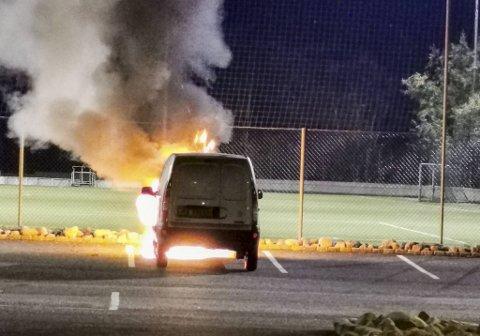 En varebil sto i flammer ved Espelandshallen tirsdag kveld.