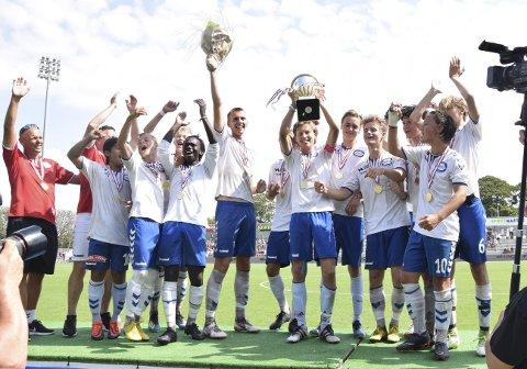 Dana Cup har sett seg nødt til å avlyse årets turnering. Den danske fotballturneringen er populær hos lagene på Vestlandet. Her feirer Gneists G17-lag etter å ha vunnet turneringen for andre året på rad i 2018.