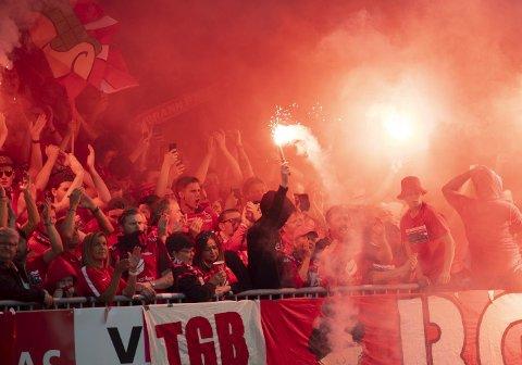 Her har Brann-fansen fyrt opp bluss ulovlig i bortekampen mot Haugesund i juni 2019. Dette året begynte Direktoratet for samfunnssikkerhet og beredskap i Norge (DSB) å stramme inn regelmerket for pyrobruk.. Både Brann og klubbens kjernefans tror det vil virke mot sin hensikt.