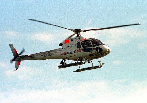 I LUFTA: Politiets helikopter var med på søket.