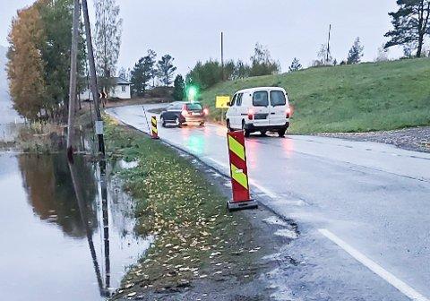 FLOMUTSATT: Dette punktet ved Endeberg langs Eidalsveien er flomutsatt, og det er mer regn i vente.