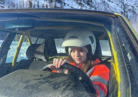 FART OG SPENNING: Julie Helen Synstelien Joreid bak rattet i «Lille Gul Light». Her under iskjøring på Solevannet.