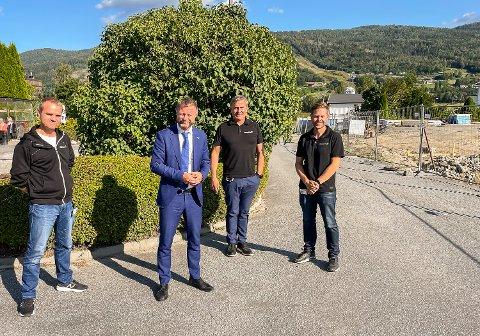 STORFINT BESØK: Helseminister Bent Høie besøkte Vikersund kurbad med overlege Davik Haavik Nilsen (f.v.), adm. dir. Tor Christian Fagertun og kvalitetsleder Rune Larsen mandag.