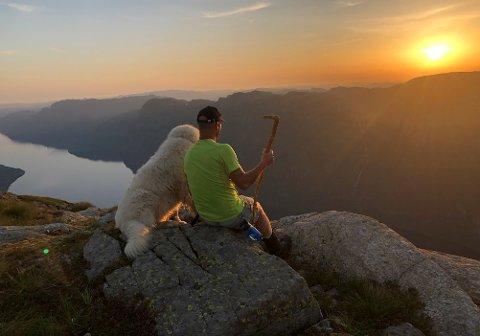 DELEKULTUR: Helge Husveg har hatt mange flotte naturopplevingar på begge sider av Ørsdalsvatnet. Han kunne valt å halda skattane skjult og utilgjengelege for folk flest, men han vil heller dela. Derfor merkjer han opp ruter fram til perlene.