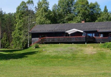 IDYLL: Hytta ligger fint til ved Hoensvannet, og er et populært badested om sommeren.