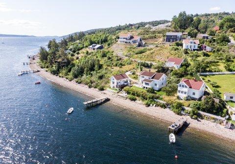 IDYLL: Eiendommen har egen brygge og strandlinje, likevel ble den solgt for 1,7 millioner under prisantydnin.