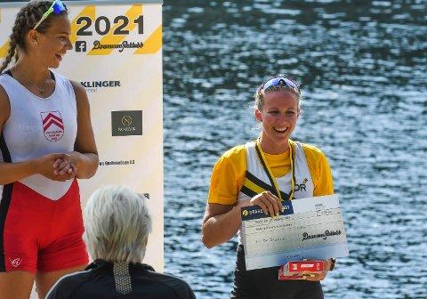 PALLPLASS PÅ HJEMMEBANE: Siri Eva Kristiansen kunne smile for 3. plass og 3.500 kroner i premie i Drammen Rivercup i Drammenselva lørdag. Til venstre: Vinneren Thea Helseth, som ble «Queen of the river».
