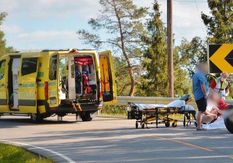 KJØRTE UT I SVING: Kvinnen som havnet i asfalten, ble  kjørt til sykehus med ambulanse.