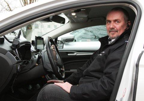 Frode Østervoll, talsmann og drosjeeigar ved Florø Taxi, meiner det ikkje er mogleg å få ei utsleppsfri taxinæring i Florø med dagens ladestruktur.