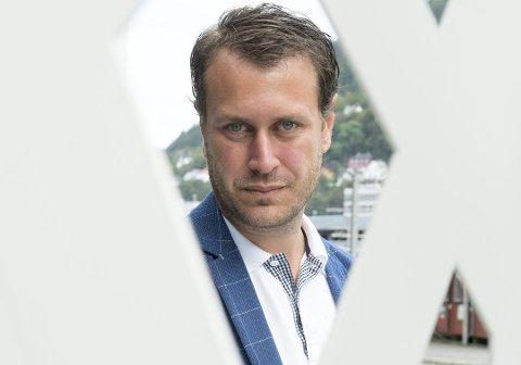 MÅ BIDRA: Stortingsrepresentant for Frp, Helge Njåstad meiner staten har å bidra i brann og redning når dei blir spurt om det, i lys av kva som skjedde i Florø 22. juli krev han klart svar frå statsråden.