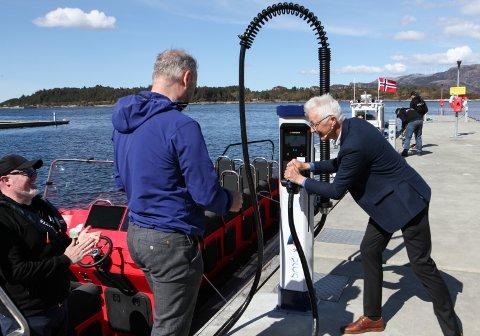 FRAMTIDA: Det var ein stor dag for Leif Stavøstrand og Evoy-teamet då fylkesordføraren i Vestland fylke, Jon Askeland sette i drift verdas første hurtigbåtladar.