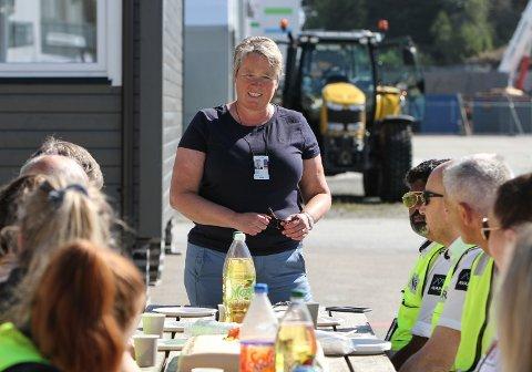 LEIAR: Siv Merete Stadheim held fest for  dei tilsette på Florø Lufthamn som feirer 50-årsjubileet til flyplassen.