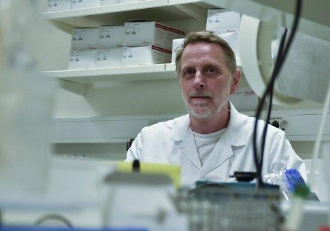 MAKSA KAPASITETEN: Laboratoriet i Førde har utnyttar alt dei kan når dei no analyserer koronaprøver.