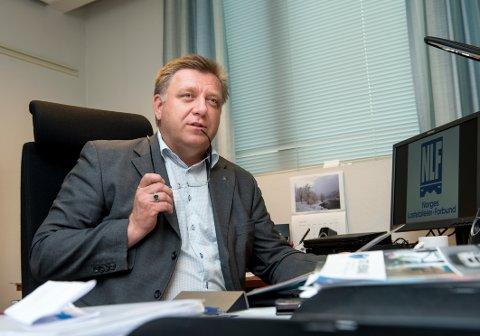 HAR ANSVAR: Administrerande direktør i Norges Lastebileiger-forbund Geir Mo meiner det blir for lett for Ola Braanaas å seie at han ikkje lenger har ansvar etter at lasta er henta på pakkeria hans.