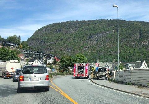 Brannvesenet rykte tysdag ettermiddag ut til eit branntilløp i denne bilen ved Kulturhuset i Sogndal sentrum. Ingen personar vart skadde i brannen.