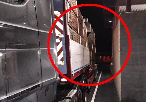 LAUS: HEr ser ein tydeleg kor mykje trelasta har flytta seg på lasteplanet.