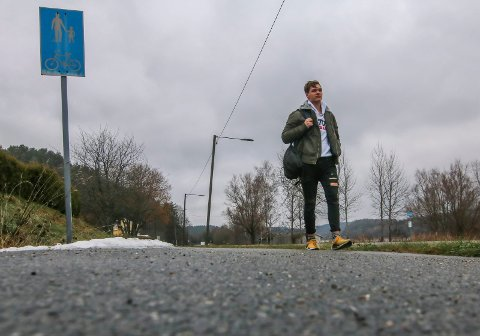 Langt å gå: Før han kan ta bussen 8,8 kilometer til Frederik II, må Mathias Johannessen gå nesten fire kilometer langs Solliveien. Fylkeskommunen makter nemlig ikke gi ham samme  transporttilbud fra hjemmeadressen etter grunnskolen.
