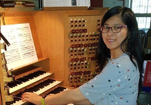 Lang erfaring. Maria Ying Schorpen har spilt piano og orgel siden hun var liten. Nylig ble hun vigslet til kantor i Hvaler kirke. Hun skal tjenestegjøre i Tønsberg kommune.