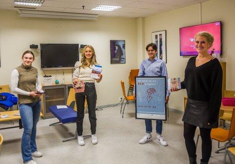 Juliane Pedersen (16 år, f.v.), Andrea Hermansen (15), Emil Røgeberg (17) og helsesykepleier Sunniva Hallan (39) er opptatt av å synliggjøre tilbudet Helsestasjon for ungdom. Her kan man blant annet få resepter på prevensjon, rask psykisk helsehjelp og teste seg for seksuelt overførbare sykdommer.