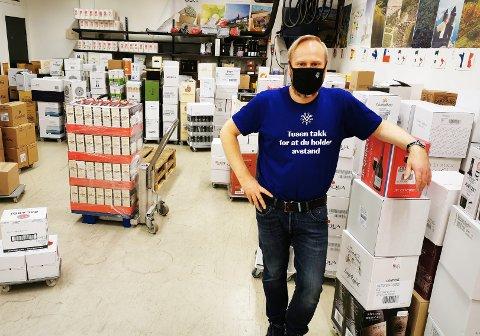 ALLE SKAL FÅ: Sjefen for Vinmonopolet på Østsiden, Kristian Andersen, har varer nok, slik at ingen kunder skal måtte gå slukøret - og tørste, hjem med uforrettet sak på påskeaften.