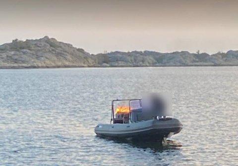Utenbordsmotor i full fyr og en båtfører fremme i baugen. Slik så det ut da redningsskøyta kom frem til havaristen tirsdag kveld.