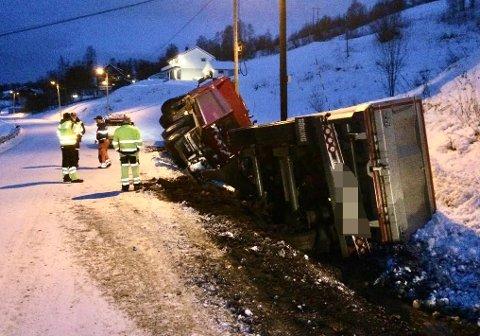 Lastebilen og hengeren veltet i grøfta. Foto: Torgeir Bråthen