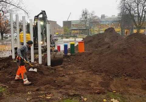NYTT DEKKE: Åge Sørlie ved landskapsentreprenøren Håkonsen og Sukke har fått i oppdrag å fjerne den moldrike jorda rundt lekeapparatene på torget.