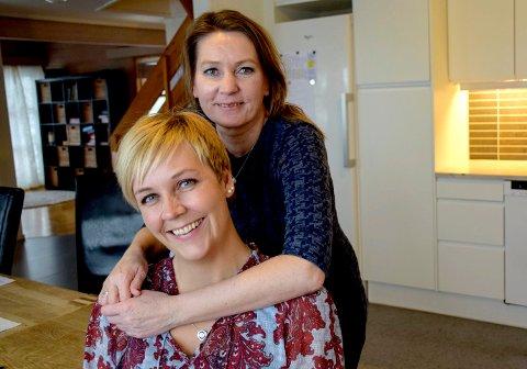 SUKSESS: Kathrine Lillebakken, enhetsleder i Horten kommune, (bak) og vinner av Horten kommunes arbeidsmiljøpris, deler æren med avdelingsleder Ingrid Langelo.