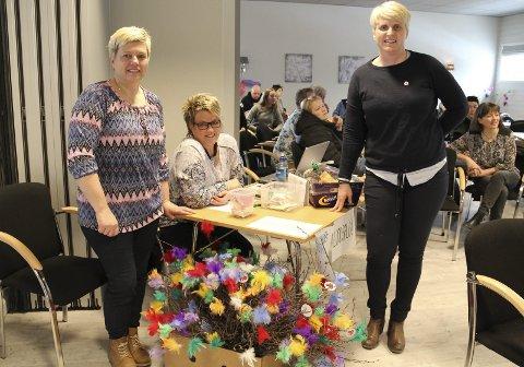 LODDSALG OG FASTELAVNSRIS: Det er sikre tegn på at sanitetsforeningen er på plass! Fra venstre Olaug Dalen, Kari Jernberg Engen og Lena Grinna, alle aktive sanitetsdamer.