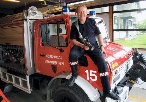 VANNREDDER: Brannsjef Steinar Saugnes fyller opp kannene til nordodølinger som er tomme for vann.