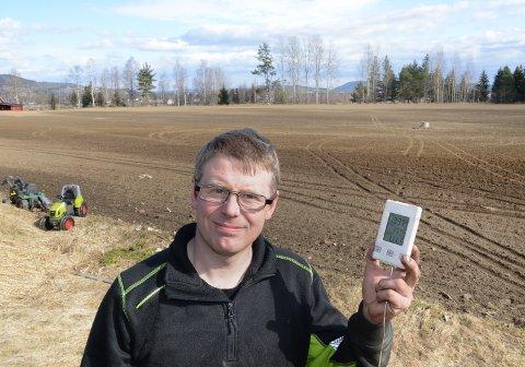 JORDTEMPERATUREN AVGJØR: – Det bør bli litt varmere i bakken før vi starter med såing, sier bonde Lars Erik Nymoen i Åsnes. På jordet bak ham sås det sannsynligvis hvete i løpet av påsken.