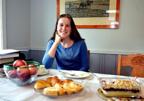 Sigrid Bilstad Neraasen trives godt med å lage mat. I sommer har hun ordnet middagen hjemme i Åsmarka.