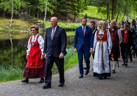 FESTIVITAS: Kongeparet feiret 80-årsdagene sine med hagefest på Maihaugen.