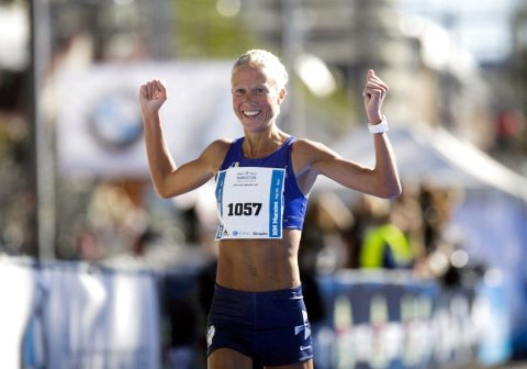 Marthe Katrine Myhre, LIF, jublet etter seieren i Oslo Maraton.