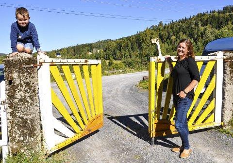 SOLPORTEN: Kjersti Myhre og sønnen Harald åpner solportentil drømmestedet i Munkerudvegen.