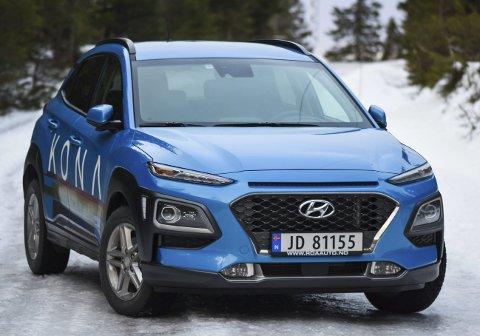 TØFF I TRYNET: Fronten til Hyundai Kona gjør at den skiller seg ut i kompakt-SUV-klassen. Det vil selvsagt være ulike meninger om det funker eller ikke. For ordens skyld: du kan også få den i rød.